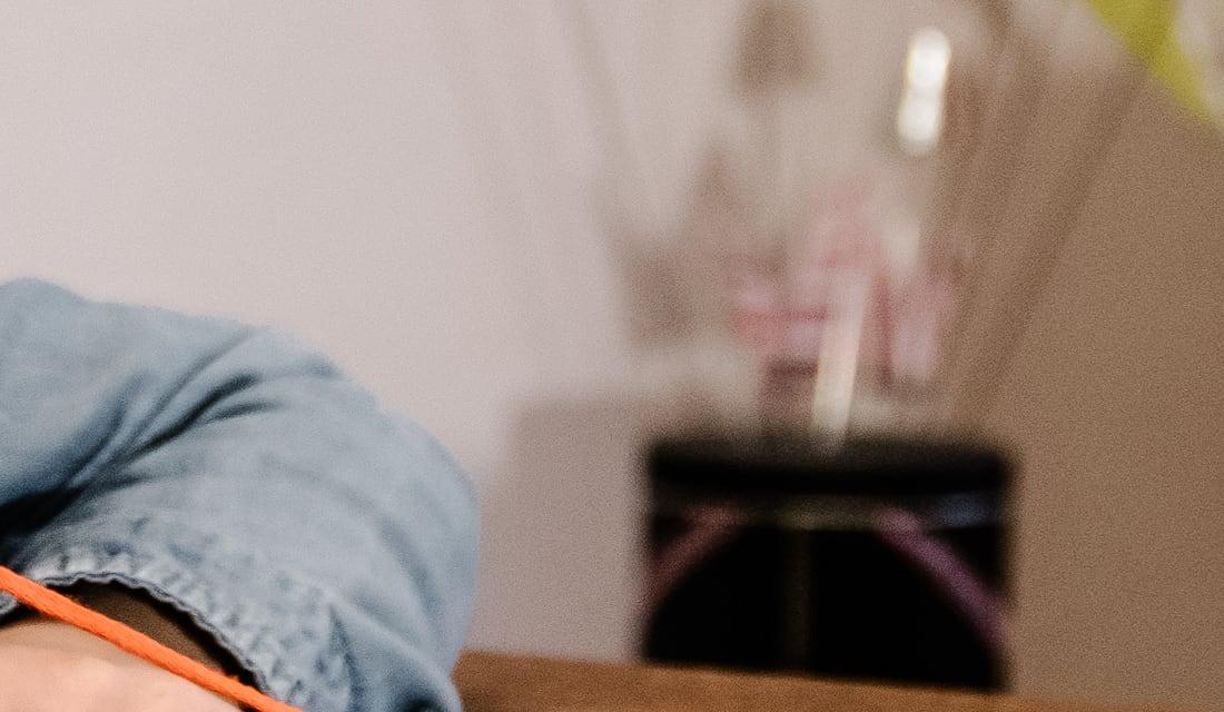 Petite fille avec une boîte de conserve